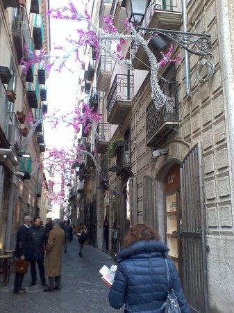 Salerno Centro Bed and Breakfast: vicolo di fronte al b&b con tanti ristorantini