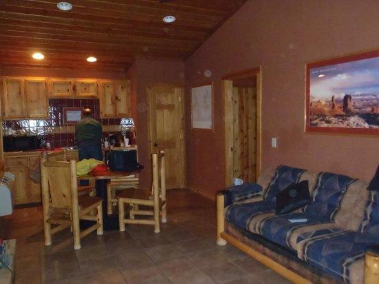Red Cliffs Lodge: Living Room / Desk Area
