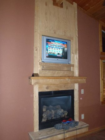 Red Cliffs Lodge: TV in living room