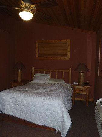 Red Cliffs Lodge: Bedroom (not made up)