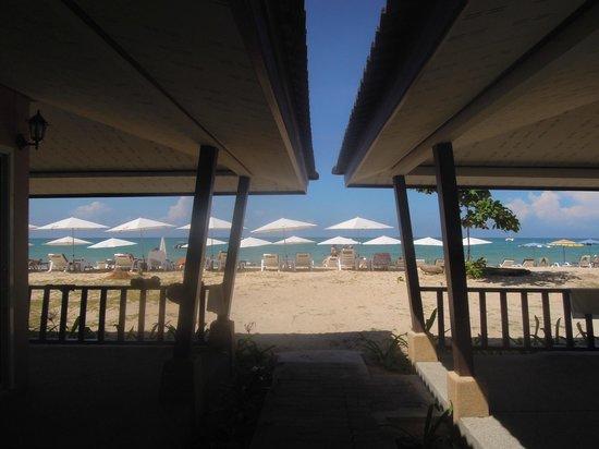 Dang Sea Beach Bungalow: het laantje naar de zee, niet het uitzicht vanaf de kamer