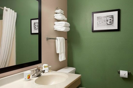Super 8 Batesville: Clean and comfortable bathrooms
