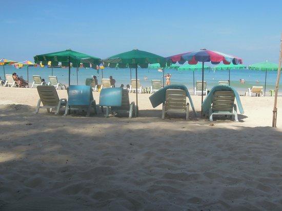 Dang Sea Beach Bungalow: uitzicht vanaf het laantje, niet vanaf de kamer