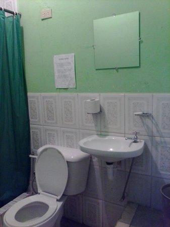 Reynas Hotel: clean bathroom