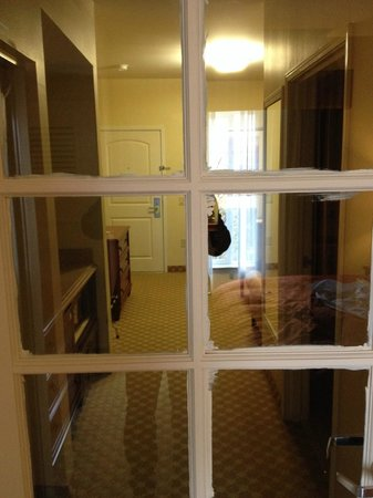 Country Inn & Suites By Carlson, San Marcos: Poor maintenance practice. Beedroom door