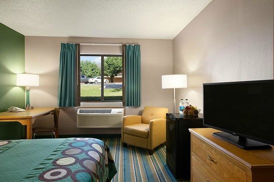Super 8 by Wyndham Batesville: King room with microwave, refrigerator and spacious work desk