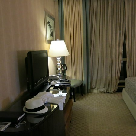 Fairmont Cairo, Nile City: room TV/dresser