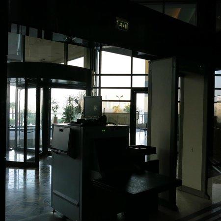 Fairmont Cairo, Nile City: hotel entrance & metal detector