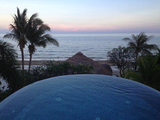 Aleenta Hua Hin Resort & Spa: infinity pool at the bar