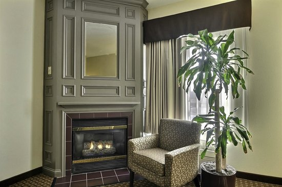 Comfort Inn & Suites Warsaw: Fireplace suite