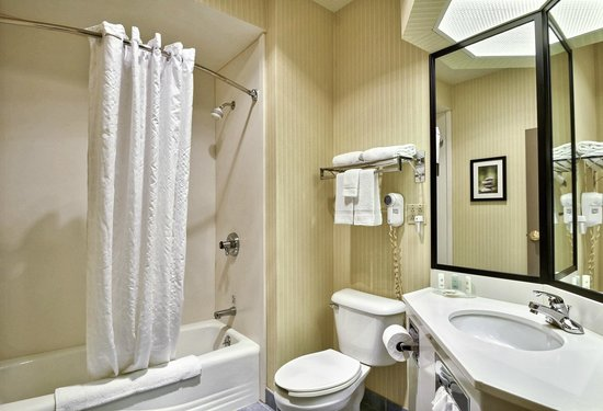 Comfort Inn & Suites Warsaw: Spacious well lit bathroom