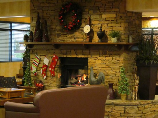 The Inn On The River: Beautiful lobby with fireplace