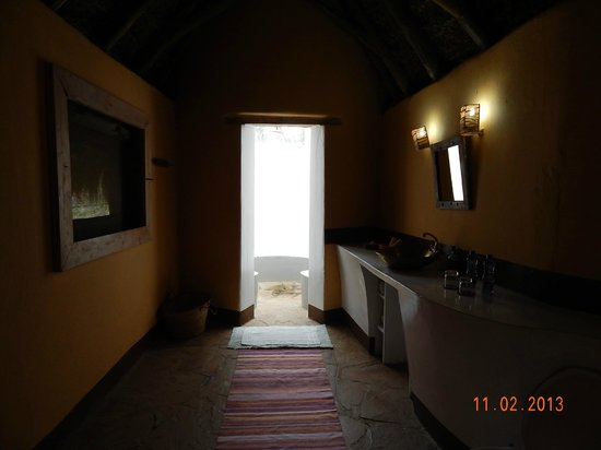Malewa Wildlife Lodge: View of the bathroom from the room