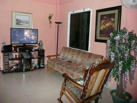 Clarita and Orlando's House: Sala de estar