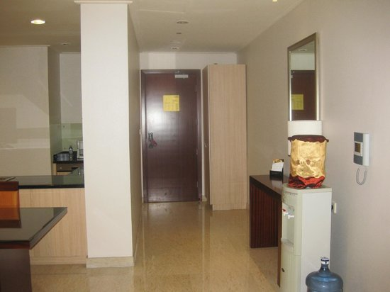 The Mayflower, Jakarta - Marriott Executive Apartments: Front door with water cooler on the right