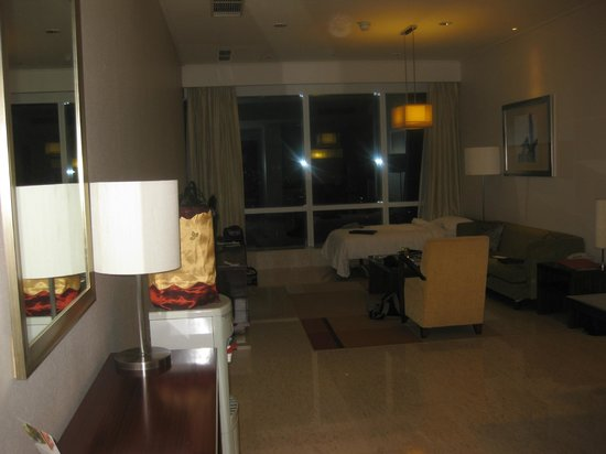 The Mayflower, Jakarta - Marriott Executive Apartments: Facing the window with roll away bed