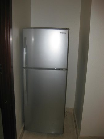 The Mayflower, Jakarta - Marriott Executive Apartments: Standard refrigerator and freezer