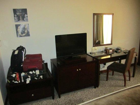 Holiday Inn Al Khobar-Corniche: Flat-screen TV and desk