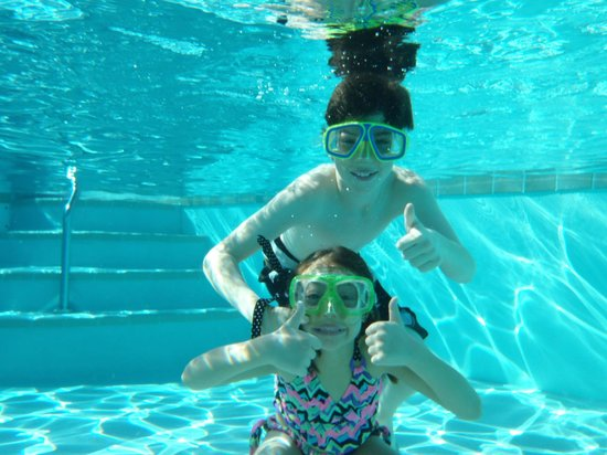The Westin Snowmass Resort : Kids at heated pool in winter