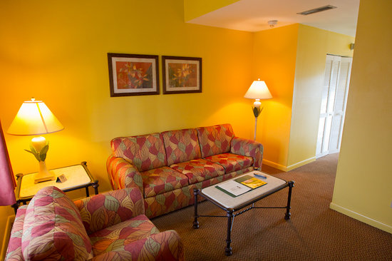 Key West Inn - Key Largo: Living room with sleeper sofa