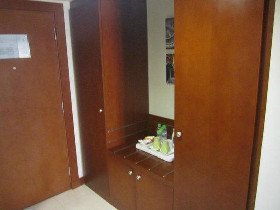 Holiday Inn Al Khobar-Corniche: Wardrobes & Tea/Coffee set
