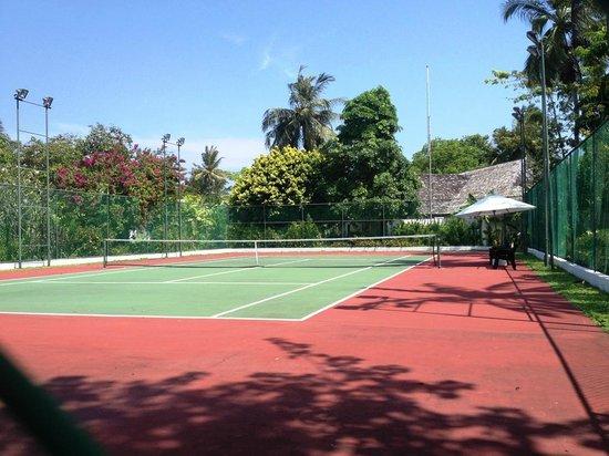 Velassaru Maldives: Surprisingly good tennis court, free rackets and balls