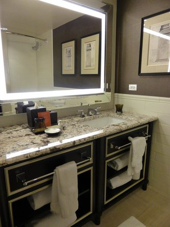 The Madison Washington DC, A Hilton Hotel: Spacious clean bathroom
