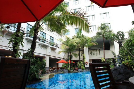 Novotel Yogyakarta: The pool, an oasis in the middle of busy surroundings.