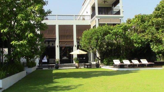 Aruntara Riverside Boutique Hotel : le jardin très agréable