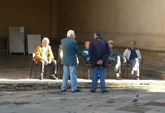 Hotel Leon Bianco : Men of the San Gimignano discussing events of the day