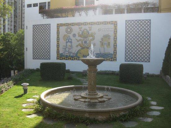 Pousada de Mong-Ha: Fountain with mural