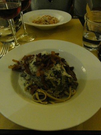 Grappolo d'Oro : pâtes aux aubergines et aux lardons