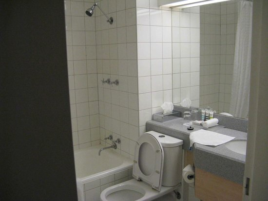 Mercure Melbourne Albert Park : Bathroom looking a bit old