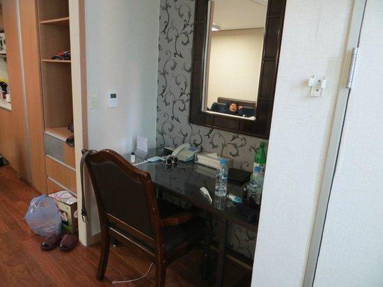 Western Co-Op Residence : Desk next to cupboards