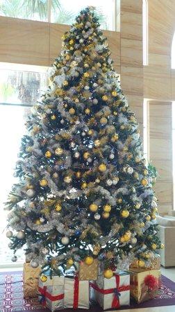 Le Meridien Mina Seyahi Beach Resort and Marina : Beautiful Christmas tree in lobby