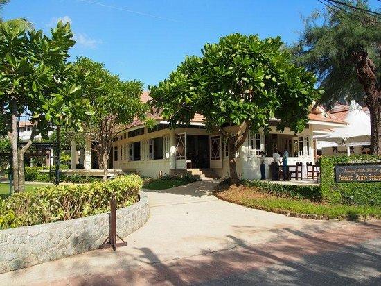 Aonang Villa Resort: Facing from the beach