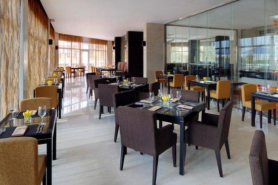 Movenpick Hotel Jumeirah Lakes Towers: nosh main restaurant