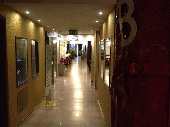 Base Hotel To Work: sala colazione, corridoio di design