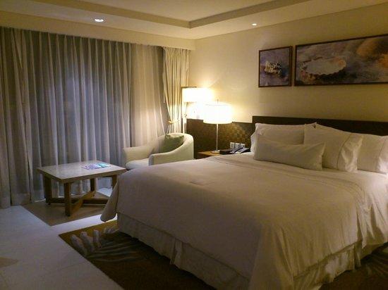 The Westin Siray Bay Resort & Spa Phuket: 落ち着いた内装のベッドルーム