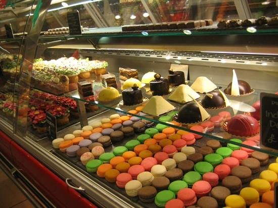 Yummy cakes picture of whole foods market london for Bar food yummy