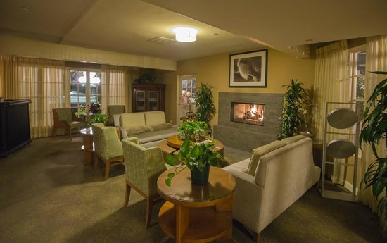 Wine Valley Inn & Cottages: Lounge area with fireplace