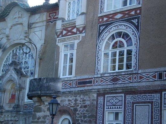 Bussaco Palace Hotel: Ventanal ovalado de la habitación de los niños y nuestro balcón redondo