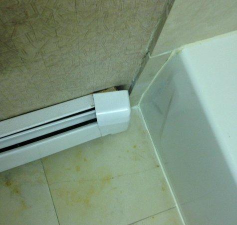 Hotel Metro: The cover for bathroom heater is broken