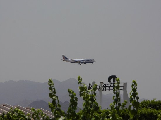 Dessole Pyramisa Sharm El Sheikh Resort: самолет над входом
