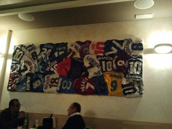 Ristorante Enoteca Al Campione : Quadro fatto con le maglie dei giocatori