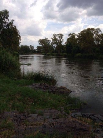 Carryblaire River Retreat: Standing right next to the river