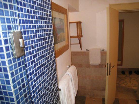 Miramar Resort Taba Heights : Огромная ванная комната со всеми банными принадлежностями