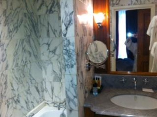 Chambiges Elysees Hotel : SALA DE BANHO 402