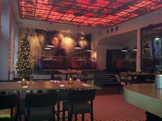 Hotel No 13: Koselig julepyntet resepsjon, spise områder, bar.