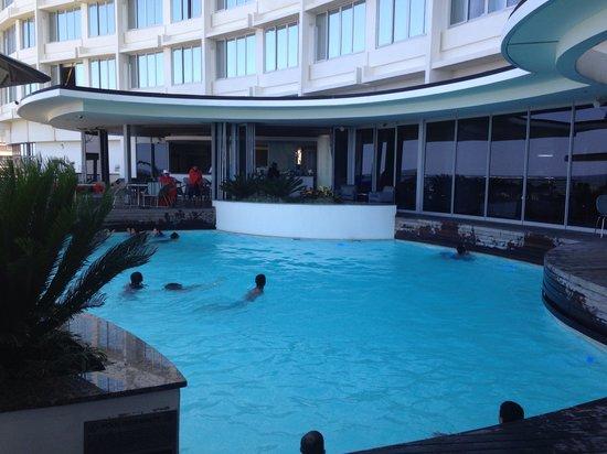 Southern Sun Elangeni & Maharani: Heated pool. Bar area.